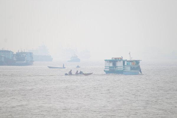 Sejumlah kapal melintasi Sungai Kapuas yang diselimuti kabut asap pekat di Pontianak, Kalimantan Barat, Kamis (12/9/2019). Berdasarkan pengolahan data LAPAN per 12 September, terdapat 330 titik api di wilayah Kalbar dan 256 titik api di antaranya tersebar merata di Kabupaten Ketapang. Hal tersebut mengakibatkan asap pekat yang melanda seluruh kabupaten/kota di provinsi setempat. - Antara/Jessica Helena Wuysang