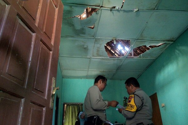 Dua polisi berada di dalam rumah warga yang mengalami kerusakan akibat dampak dari ledakan gudang tempat penyimpanan bahan peledak dan bom milik Brimob Polda Jateng, di Semarang, Jawa Tengah, Sabtu (14/9/2019). Penyebab terjadinya ledakan masih dalam penyelidikan polisi. - Antara/R. Rekotomo