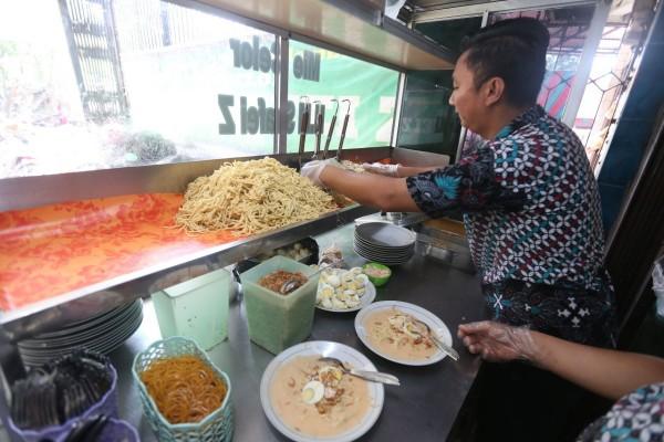 Penjual sedang menyiapkan mi celor yang dipesan pembeli. - Bisnis/foto/foto : Nurul Hidayat