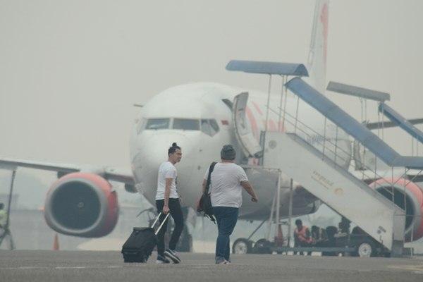Kabut asap menyebabkan sejumlah penerbangan di Jambi tertunda - Antara/Wahdi Setiawan