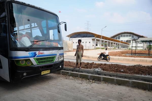 Sopir bus antar kota antar provinsi (AKAP) transit di Terminal Jatijajar, Depok, Jawa Barat, Sabtu (11/7). - Antara