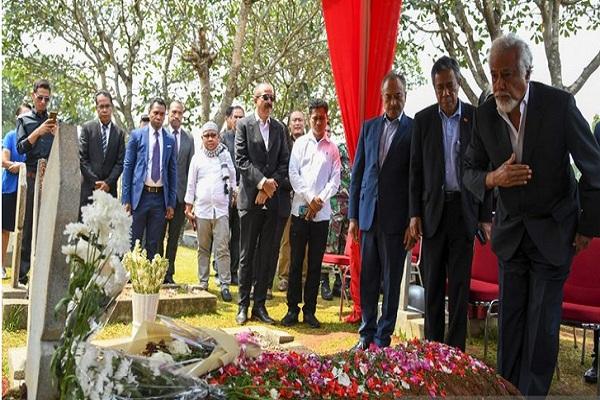 Presiden Pertama Timor Leste Xanana Gusmao (kanan) didampingi Dubes Timor Leste untuk Indonesia Alberto Xavier Pereira Carlos (kedua kanan) memberi hormat di depan pusara Presiden ke-3 Republik Indonesia Bacharuddin Jusuf Habibie di Taman Makam Pahlawan (TMP) Kalibata, Jakarta, Minggu (15/9/2019).  - Antara