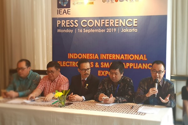 Jason Chen, General Manager Chaoyu Expo (kanan), memberikan penjelasan mengenai Indonesia International Electronics & Smart Appliance Expo 2019 (IEAE) yang akan diselenggarakan di JIExpo Kemayoran, Jakarta, pada 25 27 September 2019, Senin (16/9/2019). - Bisnis/Oktaviano D.B. Hana