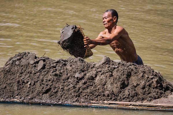 Penambang mencari pasir sungai Bengawan Solo, di Masaran, Sragen, Jawa Tengah, Rabu (29/3). - Antara/Mohammad Ayudha