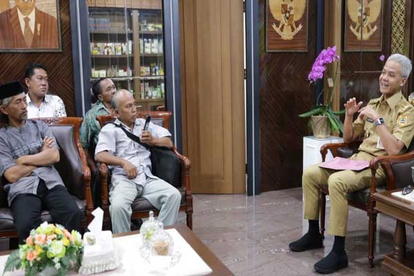 Perwakilan Asosiasi Petani Tembakau Indonesia (APTI) Jateng saat menemui Gubernur Jawa Tengah Ganjar Pranowo di Semarang Senin (16 - 9).