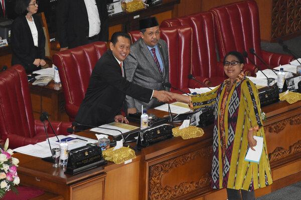 Menteri Pemberdayaan Perempuan dan Perlindungan Anak Yohana Yembise (kanan) berjabat tangan dengan Ketua DPR Bambang Soesatyo (kiri) dan Wakil Ketua DPR selaku Pimpinan Sidang Fahri Hamzah (tengah) seusai menyampaikan tanggapan pemerintah atas pandangan fraksi-fraksi pada Rapat Paripurna Pengambilan Keputusan terhadap RUU tentang Perkawinan di Kompleks Parlemen, Senayan, Jakarta, Senin (16/9/2019). Batas usia minimal perkawinan untuk perempuan dari 16 tahun menjadi 19 tahun. - Antara/Indrianto Eko Suwarso
