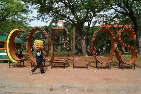Ilustrasi -Pejalan kaki melintas di depan pengumuman Pilkada yang bertuliskan 'Coblos' di jalan Pahlawan Seribu, Serpong, Tangsel, Banten - Antara
