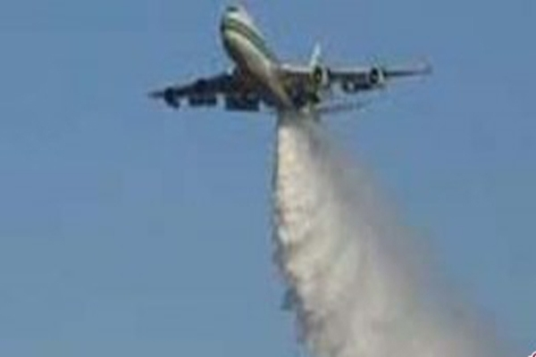 Pesawat menyiramkan air ke titik kebakaran. Cara ini menjadi salah satu proses pemadaman kebakaran hutan melalui jalur udara - Antara