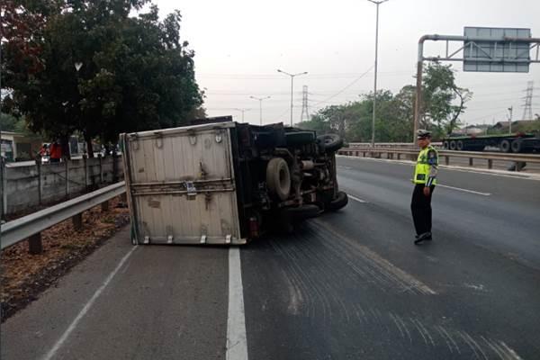Mobil boks terguling di KM 52,600 Tol Cakung arah Cikunir pukul 06.56 WIB. - Twitter @ TMCPoldaMetro