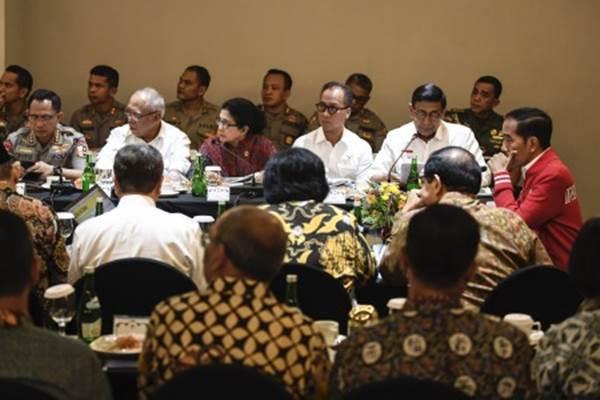 Presiden Joko Widodo memimpin rapat terbatas penanganan kebakaran hutan dan lahan (karhutla) di Pekanbaru, Riau, Senin (16/9/2019). Presiden menginstruksikan kepada pemerintah daerah untuk turut berperan aktif dalam pencegahan dan penanganan karhutla serta mengintensifkan upaya penegakan hukum bagi perusahaan dan perorangan yang melakukan pembakaran hutan untuk membuka lahan. - ANTARA/Puspa Perwitasari
