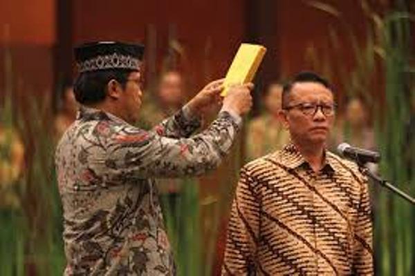 Ken Dwijugiasteadi diambil sumpahnya pada pelantikan Direktur Jenderal (Dirjen) Pajak Kementerian Keuangan di Jakarta, Selasa (1 - 3). Ken awalnya merupakan Pelaksana Tugas (Plt) Dirjen Pajak Kemenkeu menggantikan Sigit Priadi Pramudito yang mengundurkan diri akhir 2015. / Bisnis.com
