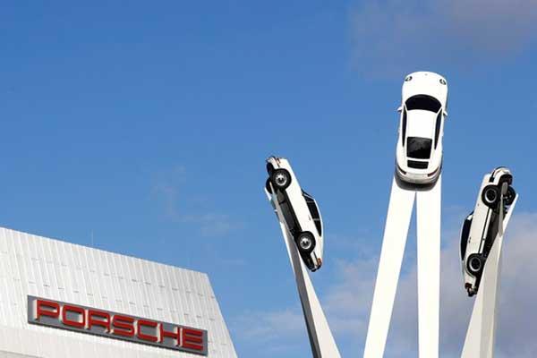 Sebuah patung model mobil sport Jerman Porsche terlihat berada di luar museum pabrik di dekat kantor pusat Porsche di Stuttgart, Jerman, 30 Oktober 2017. - REUTERS