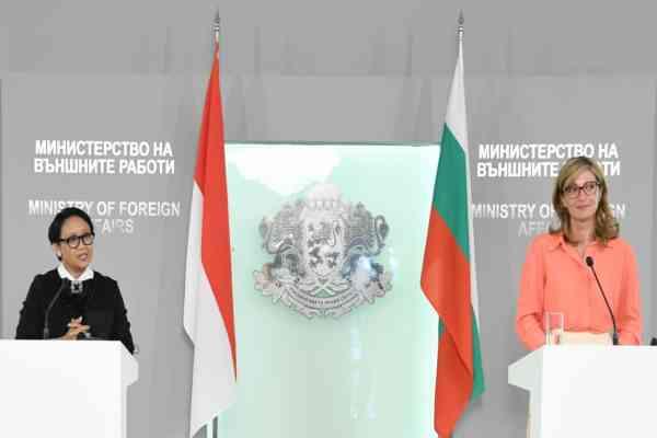 Menteri Luar Negeri Indonesia Retno Marsudi bersama Menteri Luar Negeri Bulgaria Ekaterina Zaharieva saat melakukan kunjungan keSofia, Bulgaria, Minggu (15/9/2019) - Kementerian Luar Negeri RI