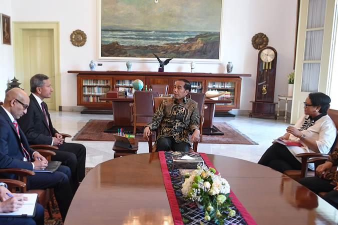 Presiden Joko Widodo (kedua kanan) didampingi Menteri Luar Negeri Retno Marsudi (kanan) menerima kunjungan Menteri Luar Negeri Singapura Vivian Balakrishnan (kedua kiri) di Istana Bogor, Jawa Barat, Rabu (17/7/2019). - ANTARA/Wahyu Putro A