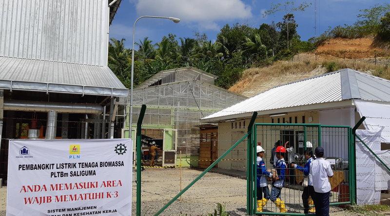 Petugas PT PLN (Persero) sedang melakukan persiapan peresmian PLTBm di Pulau Siberut, Kepulauan Mentawai, Sumatera Barat. - Bisnis/Ni Putu Eka Wiratmini