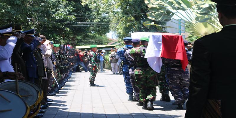 Prosesi upacara militer untuk mengantar jenazah almarhum Harbrinderjit Singh Dillon atau HS Dillon ke krematorium di Mumbul, Badung Bali Selasa, (17/9/2019). JIBI/Bisnis - Sultan Anshori