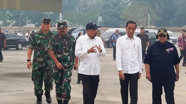 Presiden RI Joko Widodo dan Kepala BPPT Hammam Riza ketika kunjungan ke lokasi Karhutla, di Pekanbaru, Riau, pada Selasa (17/9/2019) - BPPT