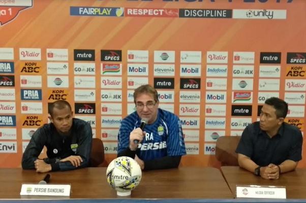 Pelatih Persib Robert Albert (tengah) - Bisnis/Dea Andriyawan
