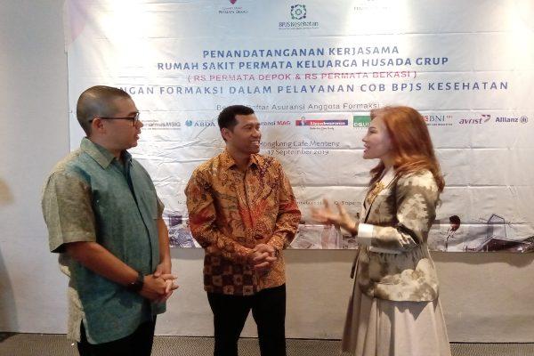 Ketua Umum Formaksi Christian Wanandi (kiri), Direktur Eksekutif Rumah Sakit Permata Group Heldi Nazir (tengah), dan Direktur Eksekutif Formaksi Dumasi M. Samosir (kanan) berbincang usai penandatanganan kerja sama Formaksi dengan RS Permata Group terkait Coordination of Benefit (CoB) dari Badan Penyelenggara Jaminan Sosial (BPJS) Kesehatan, Selasa (17/9/2019) di Jakarta./ - BISNIS/Wibi Pangestu Pratama
