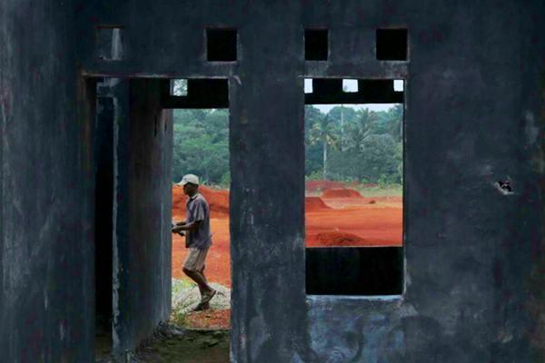 Pekerja beraktivitas di proyek perumahan bersubsidi, di Bogor, Jawa Barat, Senin (4/9). - JIBI/Nurul Hidayat