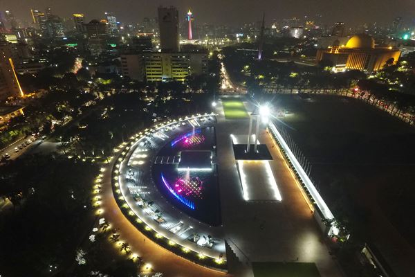 Foto udara Monumen Pembebasan Irian Barat di Lapangan Banteng, Jakarta, Senin (23/7). Lapangan Banteng yang telah selesai direvitalisasi itu akan diresmikan Gubernur DKI Jakarta Anies Baswedan pada 25 Juli 2018. - Antara