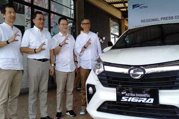Regional Head DSO Jateng Edy Susanto (ketiga kiri) bersama Chief Eksekutif Internasional Daihatsu Sales Operation Supranoto (kedua kiri) saat peluncuran New Daihatsu Sigra di Semarang - Alif