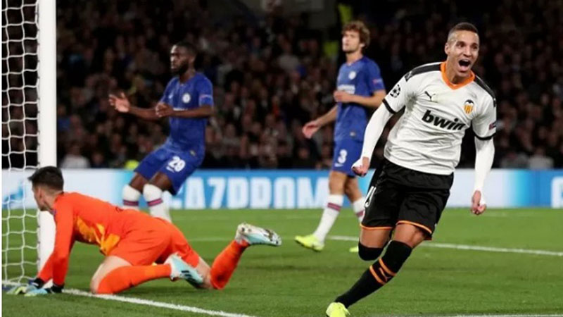 Penyerang Valencia Rodrigo Moreno (kanan) menjebol gawang Chelsea. - Reuters/Hannah McKay