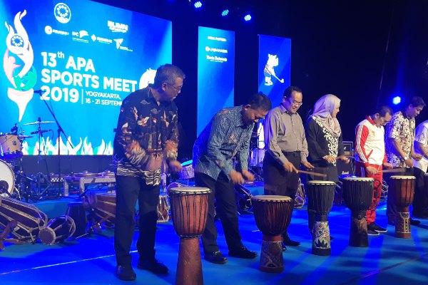 Direktur Keuangan Pelindo II Widyaka Nusapati (kiri) dan Chairman APA Muhammad Razif bin Ahmad (kedua kiri) membuka acara Asean Port Association (APA) Sports Meet ke-13 pada Selasa (17/9 - 2019) di Yogyakarta.
