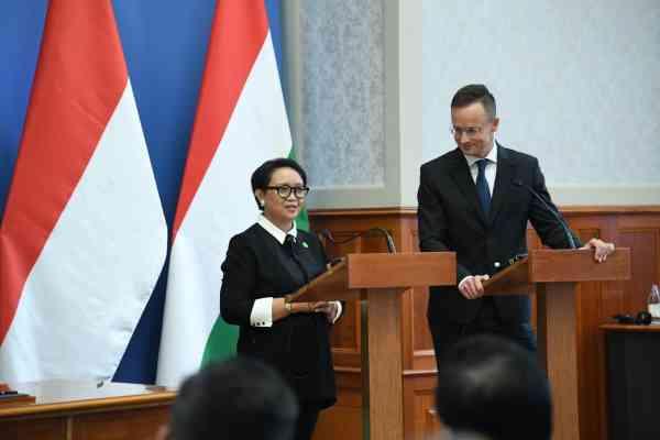 Menteri Luar Negeri RI Retno Marsudi bersama Menteri Luar Negeri dan Perdagangan Hungaria Pter Szijjrt saat kunjungan ke Budapest, Hungaria, Selasa (17/9/2019) - Kementerian Luar Negeri RI