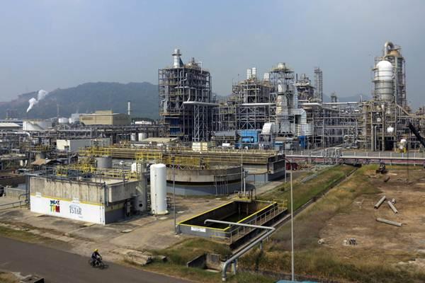 Petugas melakukan pemeriksaan dan perekaman data di pabrik butadiene di kompleks petrokimia terpadu PT Chandra Asri Petrochemical Tbk (CAP), di Cilegon, Banten, Kamis (19/7/2018). - JIBI