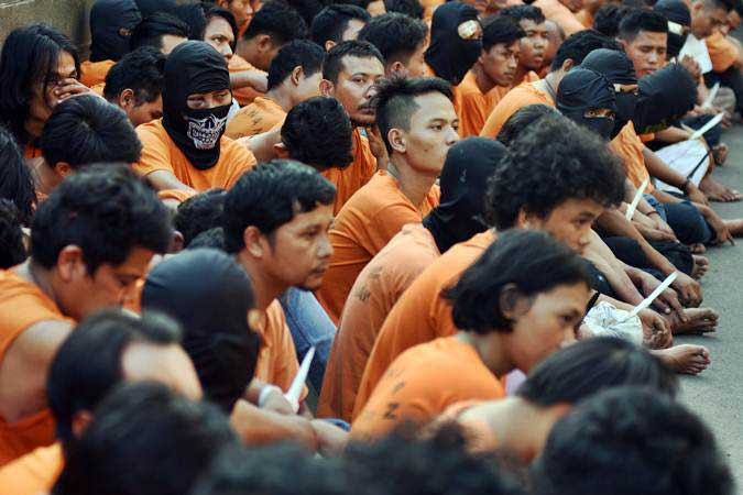 Tersangka pelaku kericuhan pada Aksi 22 Mei ditunjukkan polisi saat gelar perkara di Polres Metro Jakarta Barat, Kamis (23/5/2019). - ANTARA/Indrianto Eko Suwarso