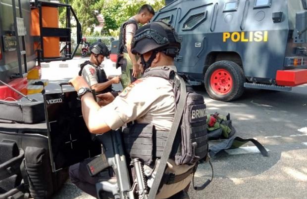 Tim Gegana Brimob Polda NTB ketika mengevakuasi sebuah pipa paralon besi diduga bom di Mataram, NTB - Antara