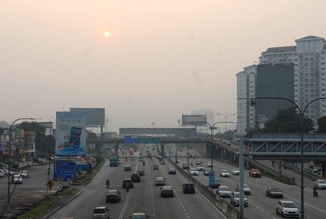 Suasana kawasan Gombak yang diselimuti kabut asap kebakaran hutan dan lahan di pinggiran ibu kota Kuala Lumpur, Malaysia, Selasa (10/9/2019). - ANTARA / Rafiuddin Abdul Rahman