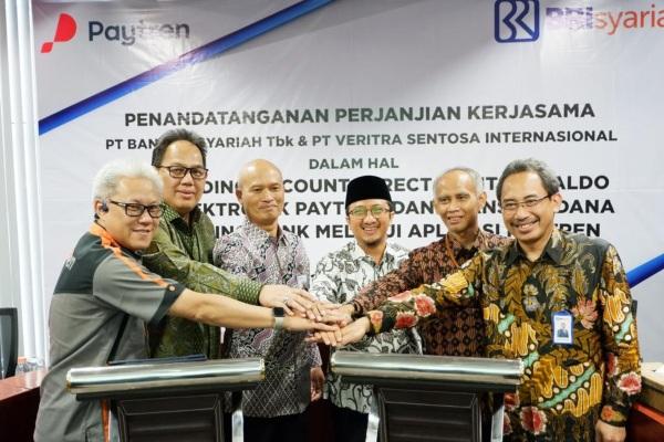 (Dari kiri ke kanan) Direktur Utama Paytren Hari Prabowo, Direktur Bisnis Ritel BRIsyariah Fidri Arnaldy, Dirut BRIsyariah Ngatari, Komisaris Paytren Ustadz Yusuf Mansur, Direktur Operasional BRIsyariah Fahmi Subandi, dan Direktur Bisnis Komersial BRIsyariah Kokok Alun Akbar berfoto bersama usai penandatanganan kerja sama antara BRIsyariah dengan Paytren di Jakarta, Rabu (18/9/2019). - Istimewa