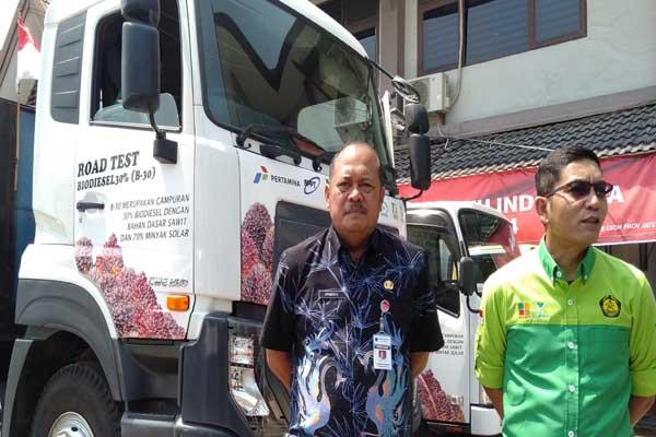 Kepala Dinas ESDM Provinsi Jateng Sujarwanto Dwiatmoko (kiri) mendampingi Kepala Badan Litbang Kementerian ESDM Dadan Kusdiana usai melakukan uji bahan bakar B30 di Semarang - Alif