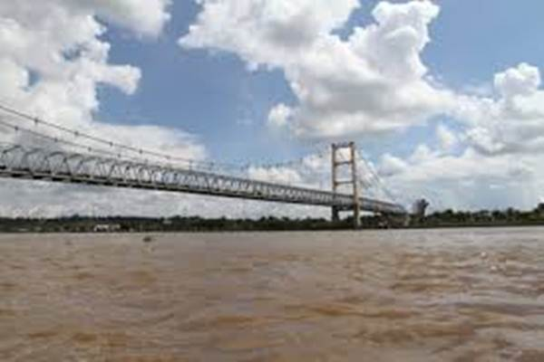 Jembatan yang melintasi Sungai Mahakam. - indonesiakya.com