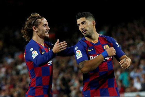 Dua andalan lini depan FC barcelona, Antoine Griezmann (kiri) dan Luis Suarez. - Reuters/Albert Gea