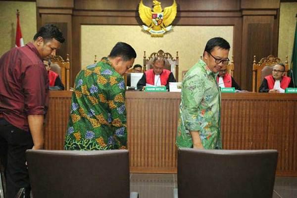 Menteri Pemuda dan Olahraga (Menpora) Imam Nahrawi (kanan) bersama Asisten Pribadi (Aspri) Menpora Miftahul Ulum (tengah) menjadi saksi dalam sidang suap dana hibah dari pemerintah untuk Komite Olahraga Nasional Indonesia (KONI) di Pengadilan Tipikor, Jakarta, Kamis (4/7/2019). - ANTARA/Reno Esnir