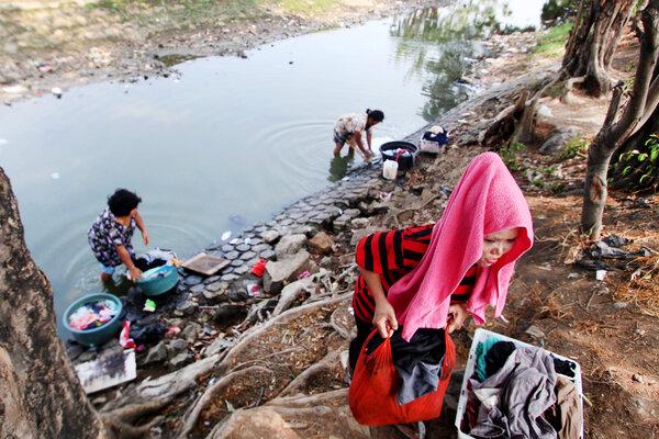 Warga mencuci pakaian di aliran sungai Cisadane di Neglasari, Tangerang, Banten, Selasa (17/9/2019). Minimnya air bersih di kawasan tersebut membuat sebagaian besar warga mencuci pakaian di sungai. - Antara/Fauzan