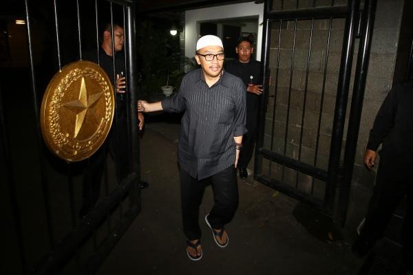 Menpora Imam Nahrawi memberikan keterangan kepada wartawan terkait penetapan dirinya sebagai tersangka baru kasus dugaan korupsi oleh KPK di Widya Chandra III, Jakarta, Rabu (18/9/2019). - ANTARA FOTO/Rivan Awal Lingga