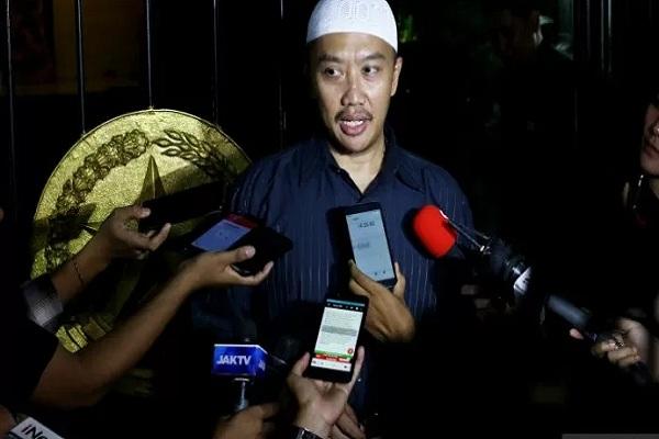 Menpora Imam Nahrawi memberikan keterangan kepada wartawan terkait penetapan dirinya sebagai tersangka baru kasus dugaan korupsi oleh KPK di Widya Chandra III, Jakarta, Rabu (18/9/2019). - Antara