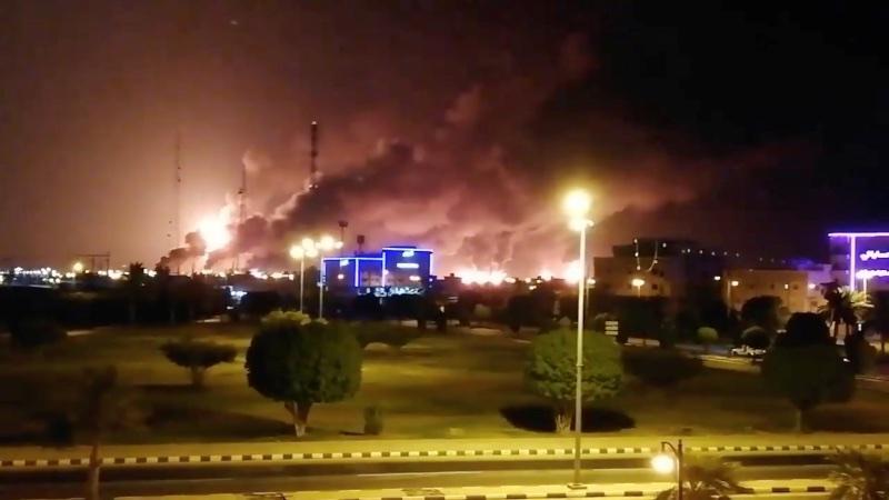 Asap terlihat dari kebakaran yang terjadi di pabrik Saudi Aramco di Abqaiq, Arab Saudi, Sabtu (14/9/2019). - Reuters