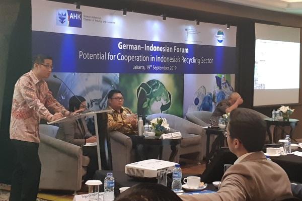 Randy Saputra (kiri), Bendahara Umum Indonesia Plastic Recycling Association (ADUPI) memberikan presentasi di sela-sela German - Indonesian Forum on Potential Cooperation in Indonesia's Recycling Sector, di Jakarta, Kamis (19/9/2019). - Bisnis/Oktaviano DB Hana