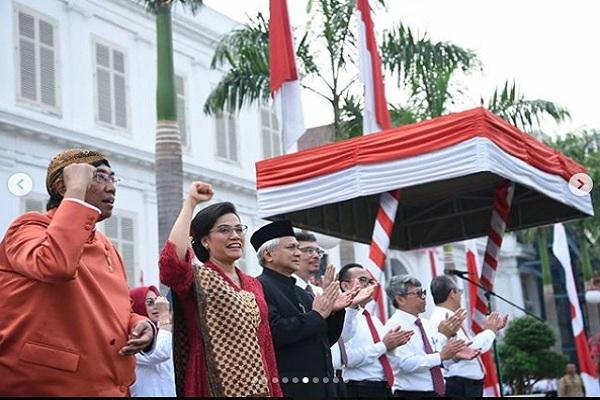 Menteri Keuangan Sri Mulyani (nomor 2 dari kiri) berkebaya merah brokat saat memimpin upacara HUT Kemerdekaan ke-74 RI di Departemen Keuangan - Instagram @smindrawati