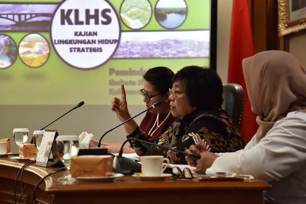 Menteri LHK Siti Nurbaya Bakar (tengah) memimpin FGD tentang Kajian Lingkungan Hidup Strategis (KLHS) didampingi Irjen KLHK Laksmi Wijayanti (kanan) serta pemerhati masalah lingkungan hidup dan konservasi alam Judith J. Dipodiputro (kiri) di Kantor KLHK, Jakarta, Rabu (18/9). - Istimewa