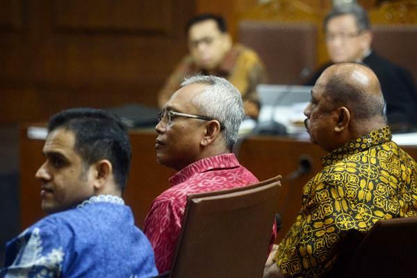 Melchias Marcus Mekeng (kanan), mantan politisi Demokrat Nazarudin (kiri), politisi PDIP Arif Wibowo (tengah) saat menjadi saksi dalam sidang lanjutan kasus korupsi KTP Elektronik dengan terdakwa Setya Novanto (atas kiri) di Pengadilan Tipikor, Jakarta, Senin (19/2 - 2018).ANTARA/Akbar Nugroho Gumay