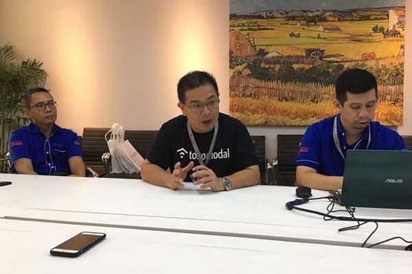 Co-founder Tokomodal Chris Antonius (tengah) saat berdiskusi dengan media di kantornya, Rabu (18/9/2019). - Istimewa