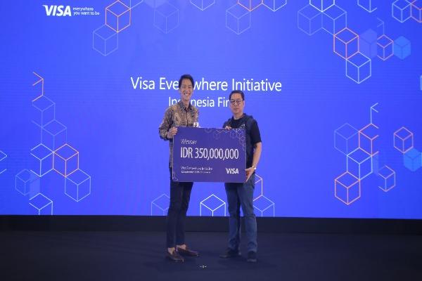 Leslie Lim, Co/Founder Cicil (kiri), pemenang Visa Everywhere Initiative Indonesia 2019, menerima hadiah sebesar Rp350.000.000 dari Riko Abdurrahman, Presiden Direktur Visa Indonesia.
