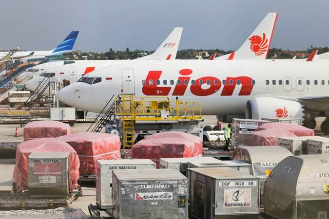 Petugas melakukan bongkar muat barang di Terminal Kargo Bandara Soekarno-Hatta, Tangerang, Banten. - Bisnis