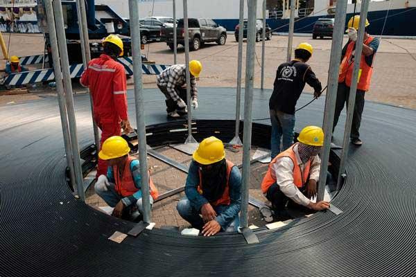 Pekerja melakukan proses bongkar muat kabel serat optik proyek Palapa Ring Paket Timur di Depo PT. Communication Cable Systems Indonesia (CCSI), Cilegon, Banten, Selasa (5/6/2018). - JIBI/Felix Jody Kinarwan